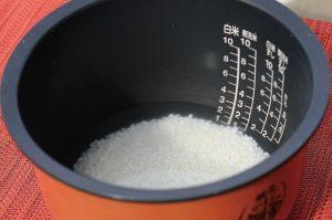 米を水に浸す
